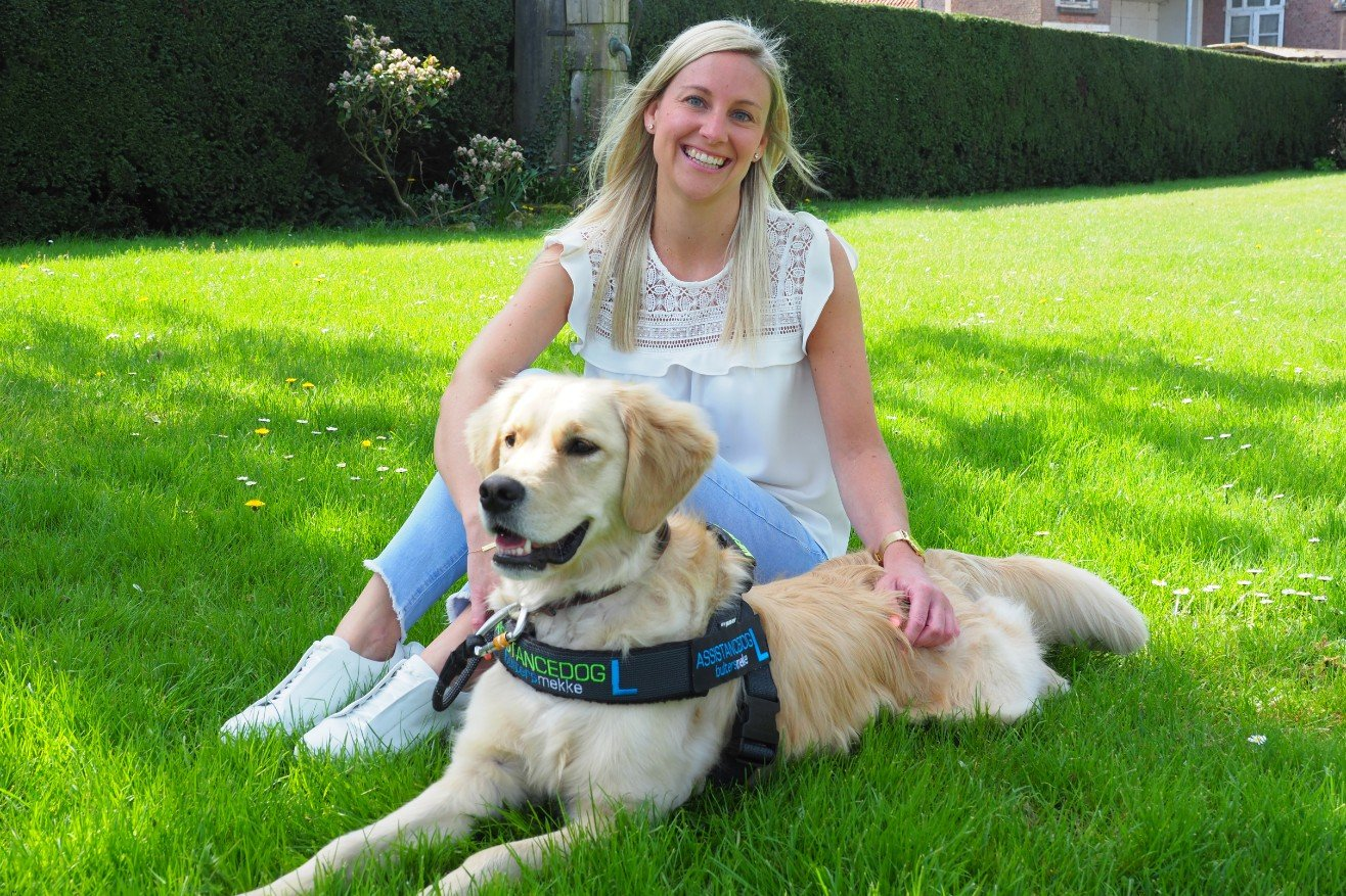 Deborah Wouters met loulou haar assistentiehond