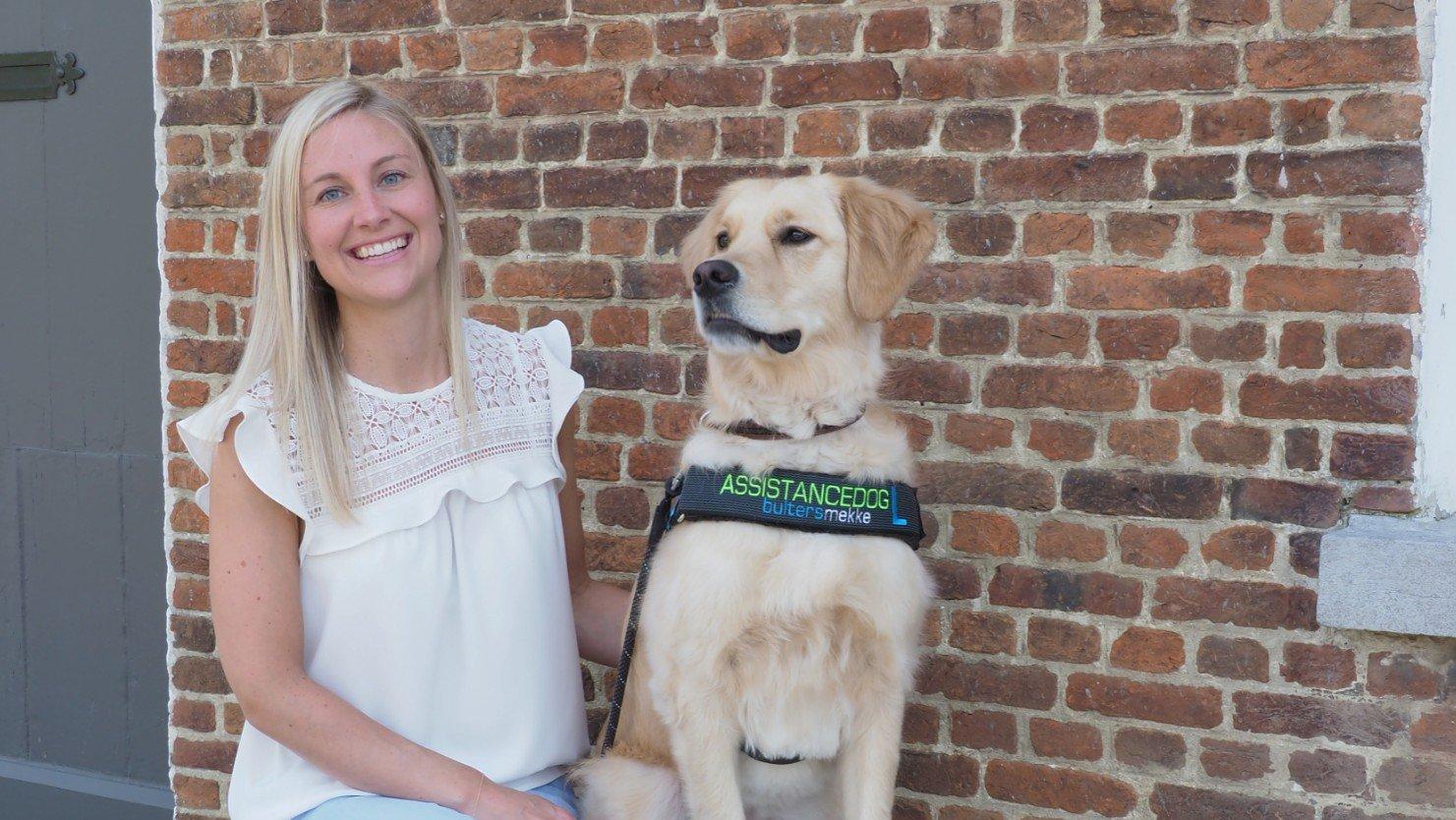 Deborah Wouters met loulou, haar assistentiehond